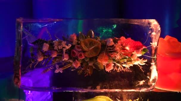 gefrorene Blumen, Eisblumen, Blumensträuße in Eisblöcken eingeschlossen