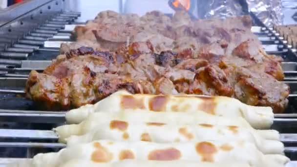 Příprava chutné maso grilování na špejle, grilované maso na špejle, pouliční jídlo, maso, otáčení na špíz