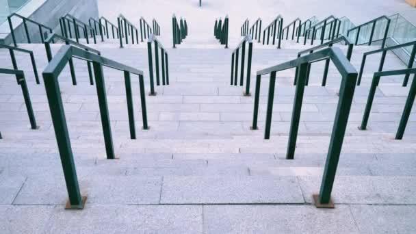 Široké schodiště vyrobené z betonu s černými železné zábradlí zábradlí, velké schodiště na fotbalovém stadionu