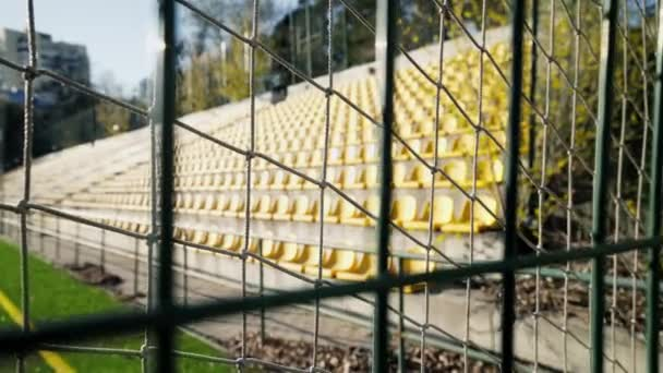 A stadion vaskerítéssel van bekerítve. A labdarúgó világbajnokság és az Európa-bajnokság lefújva. Gyufák lemondása a koronavírus járvány, karantén miatt. A hozzáférés lezárva..