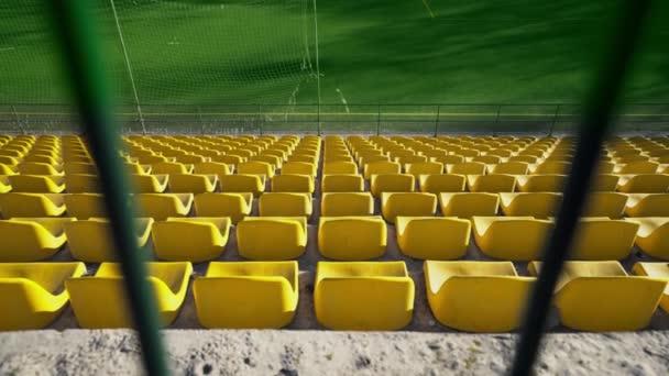 A stadion vaskerítéssel van bekerítve. Üres helyek a stadionban nézők és rajongók nélkül. Gyufák lemondása a koronavírus járvány, karantén miatt. A hozzáférés lezárva..