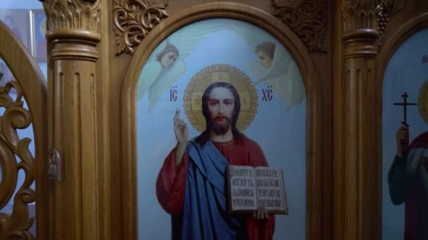 Ukrajina, Kyjev, 5. května 2019: Tvář světce na ikoně. Malebný obraz svatého a události z Písma svatého. Ikony na zdech kostela. Modlitba. Náboženské umění. Atributy církve.