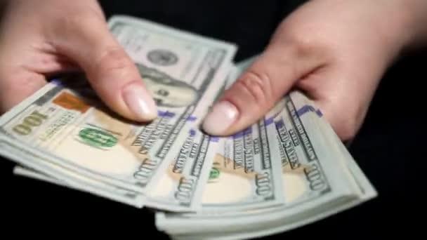 Die Frau zählt das Geld. Weltwirtschaftskrise. Gesamtarbeitslosigkeit in einer Pandemie. Bestechung. Die Polizei zählt Geld im Büro eines Bestechungsunternehmers. Schmutziges Geld.