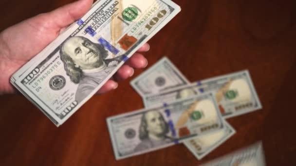 Policie počítá peníze v úplatkářově kanceláři. Světová hospodářská krize. Totální nezaměstnanost v pandemii. Peníze na stole zkorumpovaného úředníka. Úplatek. Špinavé peníze.