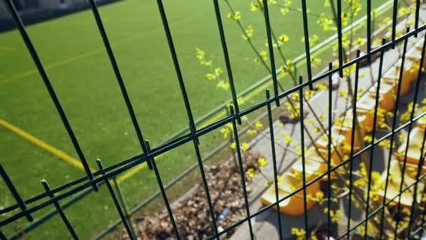 A stadion vaskerítéssel van bekerítve. Üres helyek a stadionban nézők és rajongók nélkül. Gyufák lemondása a koronavírus járvány, karantén miatt. A bejárat zárva. A labdarúgó-világbajnokság és az Európa-bajnokság elmarad.