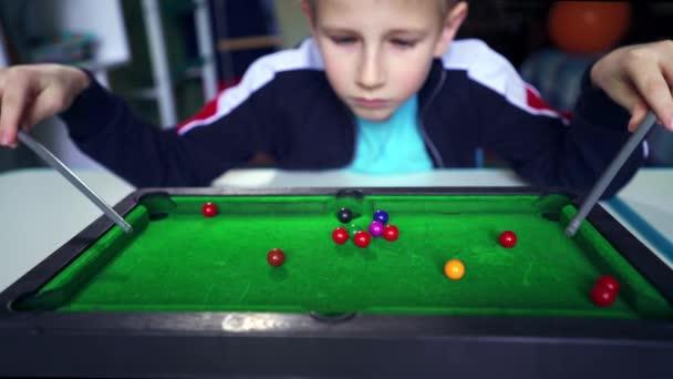Szomorú gyerek biliárdozik magával. A kölyök barátkozni akar. A fiú arról álmodik, hogy focizik a barátaival. Egy zaklatott gyerek a szobájában a karantén alatt. Vágyik egy játékra a friss levegőn. Snooker úr!