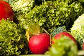 Különböző típusú zöldség az asztalon
