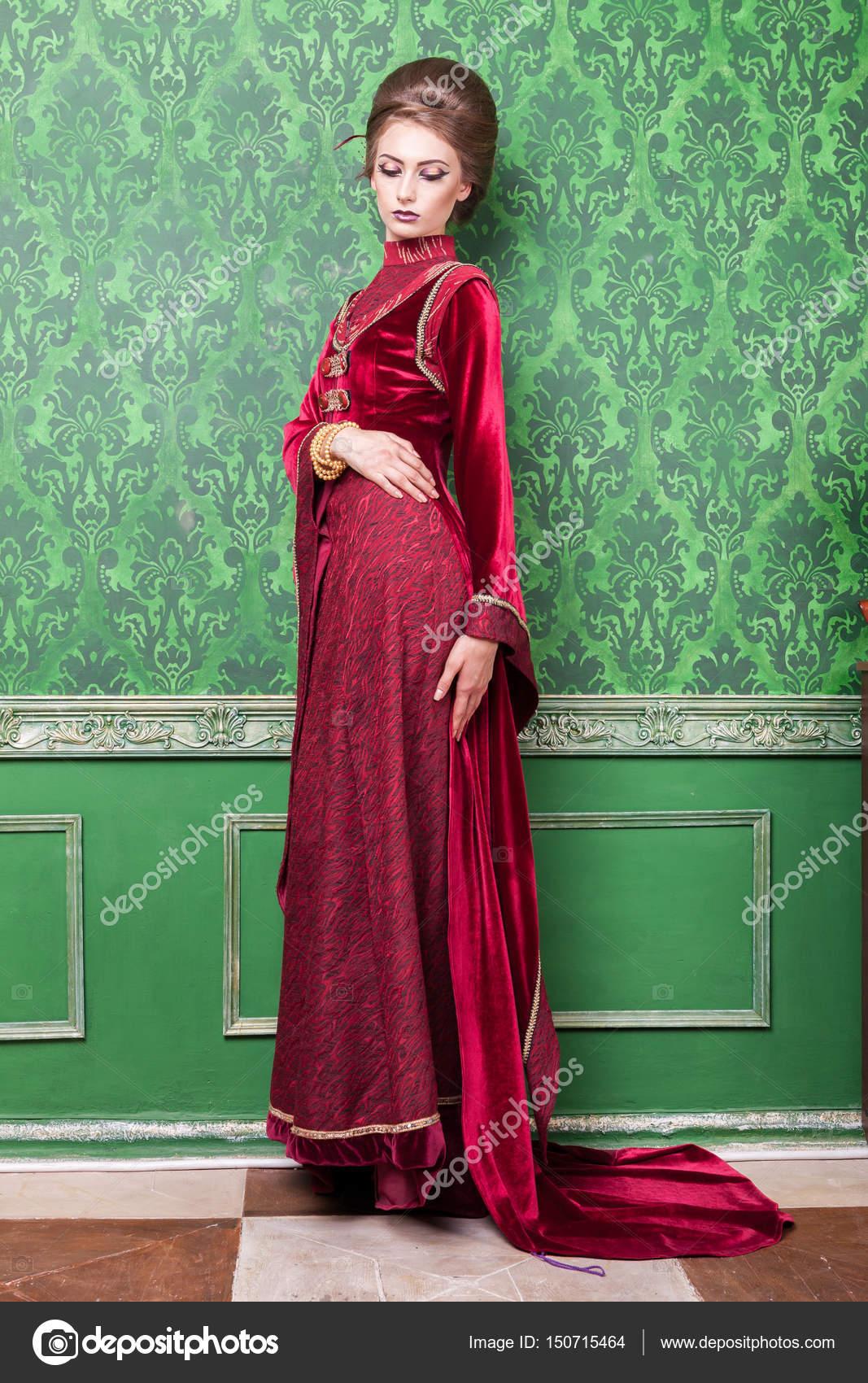 Vintage Kleding.Charmante Vrouw Gekleed Vintage Kleding In Retro Interieur
