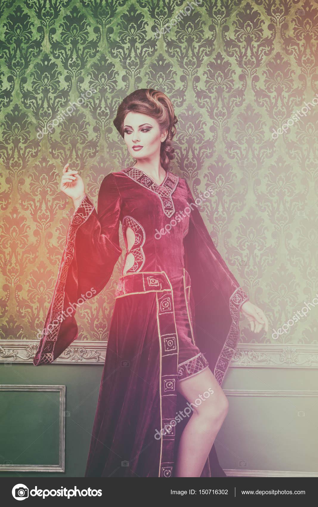 Romántica mujer vestida en ropa interior retro vintage — Fotos de ...