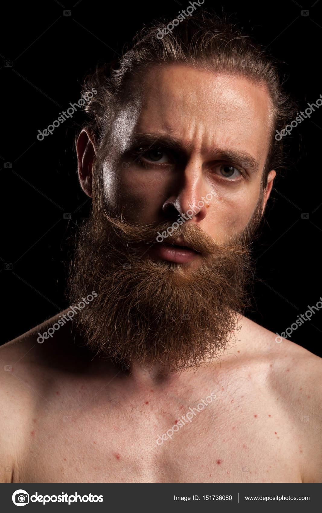 Tatuaje hipster barbudo sobre fondo negro — Fotos de Stock ... d91dbaaaafd
