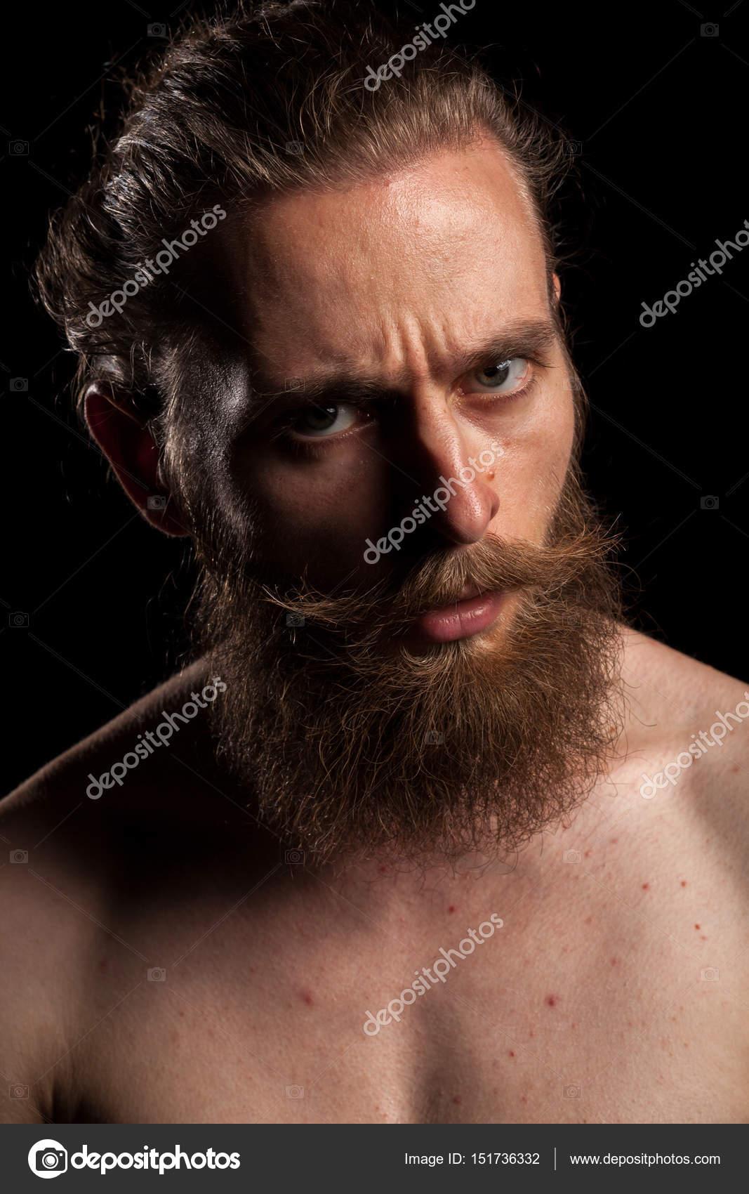 Retratos de tatuaje hipster barbudo sobre fondo negro — Foto de Stock 704654a45f8