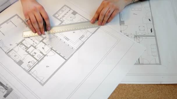 Nad horní pohled architekta pracuje na plánu plány