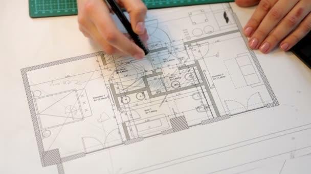 Nahaufnahme einer Geschäftsfrau, die an Entwürfen arbeitet