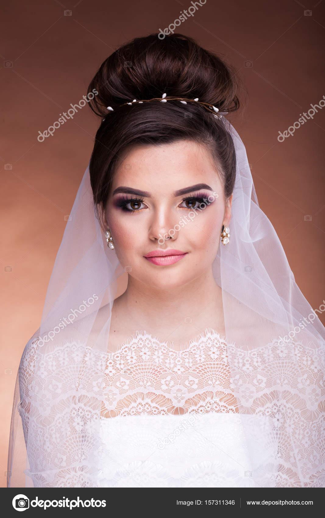 Retrato de la novia con maquillaje y peinado profesional — Foto de ...