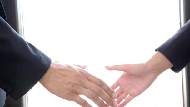 Detailní záběr Zpomalený pohyb handshake mezi podnikatelem a podnikatelka