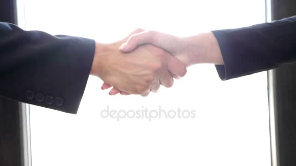 Zpomalený pohyb handshake mezi mužem a ženou v obleku