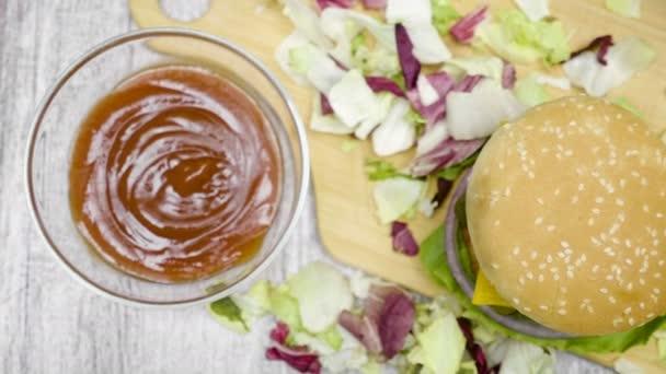 Horní pohled na domácí hamburger s hranolky na dřevěný stůl