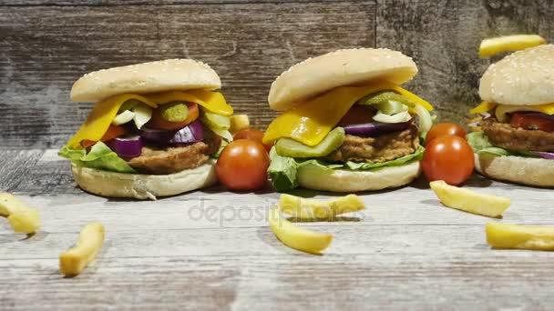 Zpomalený pohyb lahodné zlaté francouzské hranolky pádu burger vedle cola a kečup