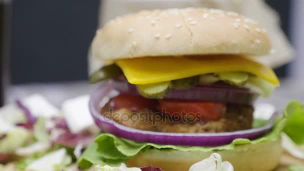 Zavřete doma udělaný hamburger s hranolky na dřevěný stůl