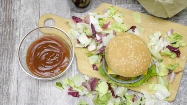 Horní pohled domácí hamburger s hranolky na dřevěný stůl