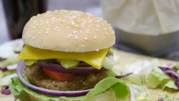 Grilovaná domácí udělaný hamburger s hranolky na dřevěný stůl