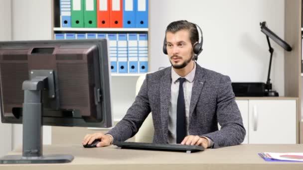 zástupce firmy pomocí headsetu mluvit na horké lince