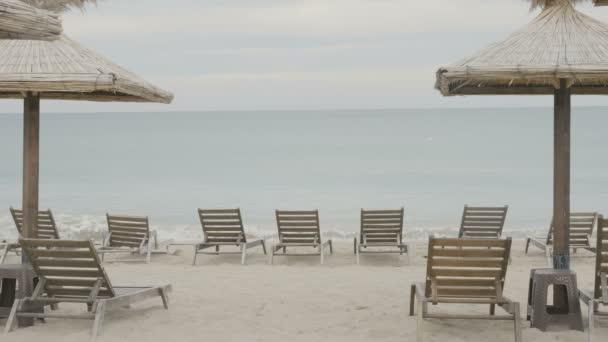 Lehátka a slunečníky pláži