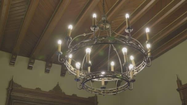 Luxusní křišťálový lustr uvnitř vintage interiéru
