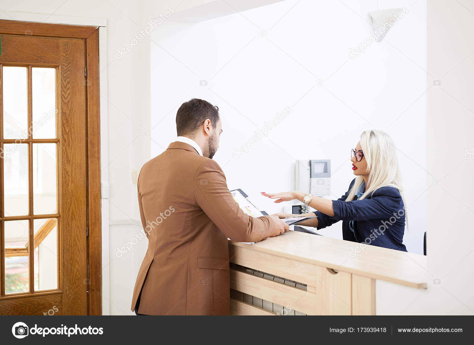 Homme daffaires en zone de réception bureau discutant avec