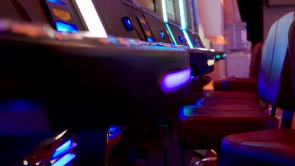 Slotmachinegames in volwassen entertainment kamer bij casino