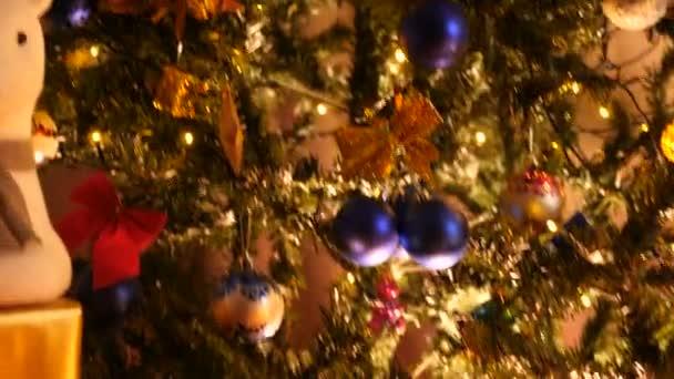 Tiro dalla parte inferiore dellalbero di Natale alla parte superiore di esso di gru