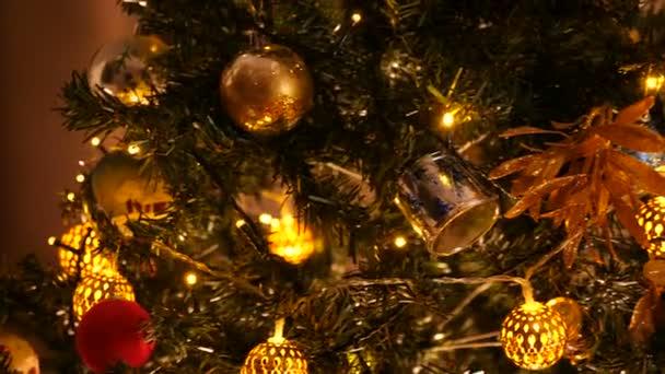 Szépen ornated karácsonyfa dekoráció és villogó füzér