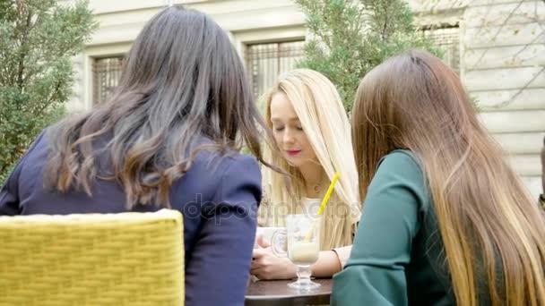 Krásná dívka přátelé ve městě v kavárně terasa