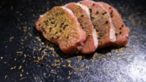 Kamerový jeřáb zpomalené přiblížení z fokus v zaměření na čtyři lahodné kořeněné vepřové steaky