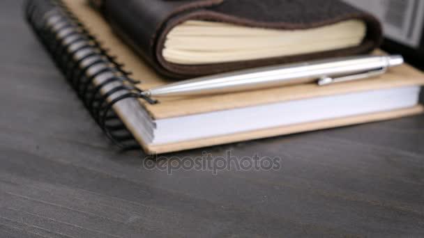 Vintage typ notebook na dřevěný stůl