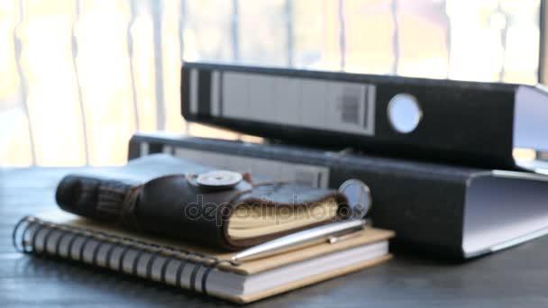 Retro zápisník vedle složky nad tabulku