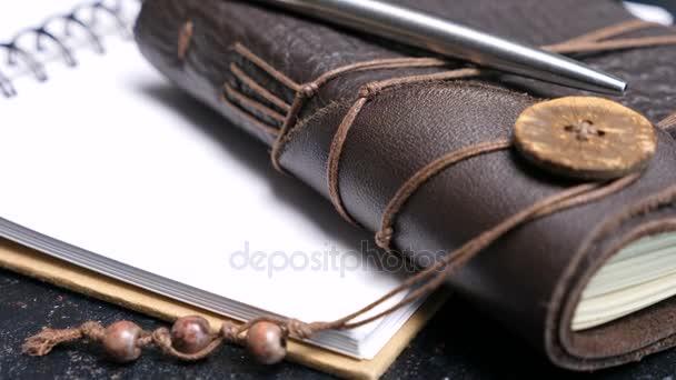 Kožené vintage retro zápisník na tmavý stůl