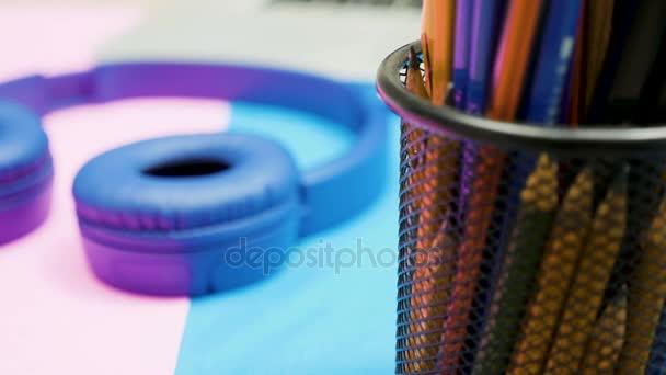 Zoom a fuoco metraggio della minimal art due scrivania colorata di rilevamento
