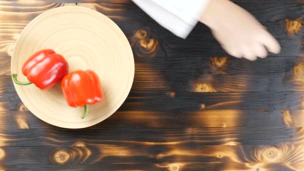 Pohled shora z rukou šéfkuchaře preparring produkty pro zdravý salát