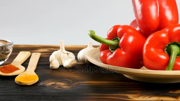 Dolly záběry zleva napravo od různých druhů zeleniny