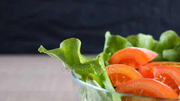 Solené zpomalené dolly na salátovou mísu plátky rajčete