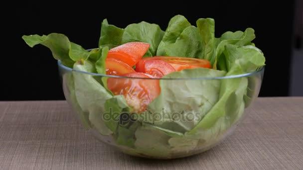 rajčata salát se zeleným salátem lefs, cibulí a balkánským sýrem na dřevěné desce