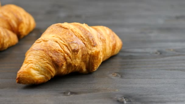 Finom croissant-t egy darab régi fa
