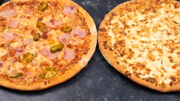 Pohled shora dolly střílel na třech různých druhu pizzy