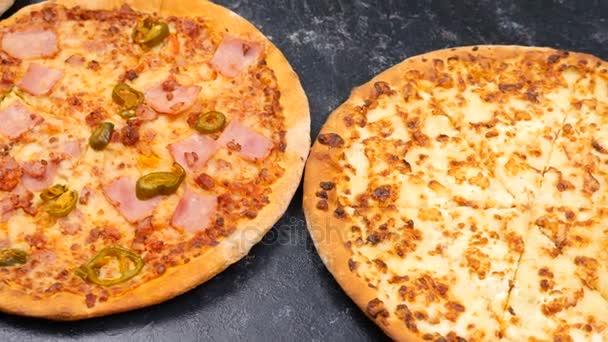 Pohled shora dolly záběry na třech různých druhu pizzy