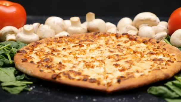 Přiblížit dolly střílel na lahodná vegetariánská pizza