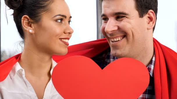 Lassú mozgás, a pár csók után egy piros papper szív