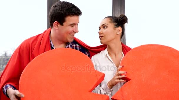 Zpomalený pohyb páru s velkou novinkou červené srdce