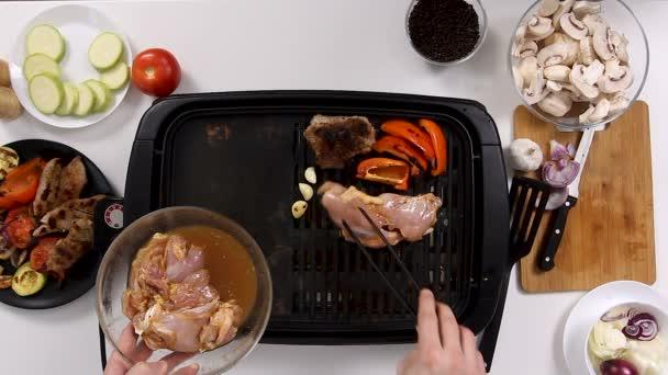 Cook umístí vykostěné kuřecí maso na grilu