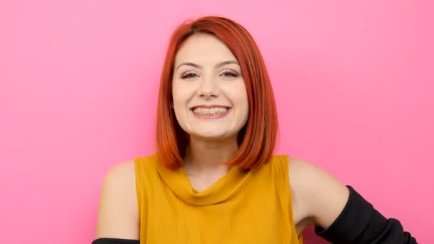 Nő mosolyogva a kamera nagy alkalmi ruhák